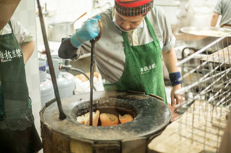 何かをナンを焼くみたいに釜にくっつけて焼いていました