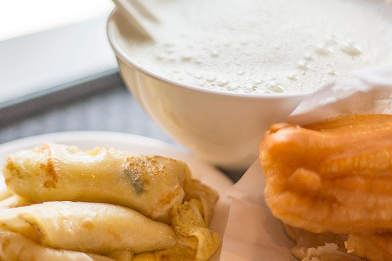 阜杭豆漿の豆乳と揚げパンと台湾式卵クレープ
